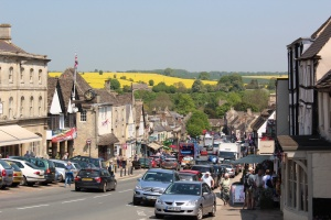 Photo courtesy of : http://www.visitbritainsuperblog.com/2012/07/a-visit-to-the-beautiful-village-of-burford-in-the-oxfordshire-cotswolds/